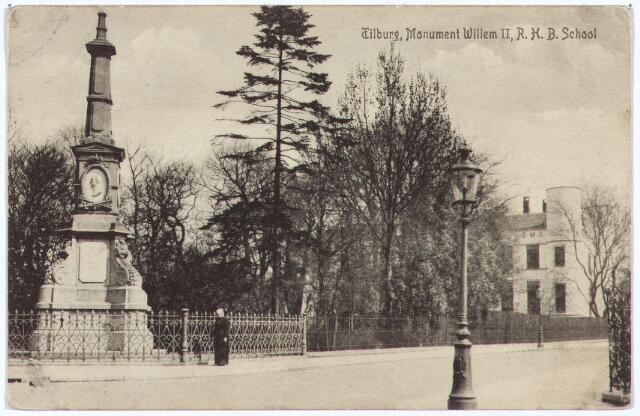 002525 - Onderwijs. De gedenknaald voor koning Willem II op de hoek van de Monumentstraat en de Paleisstraat met rechts een detail van Rijks H.B.S. Koning Willem II.