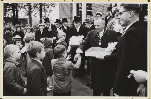 072872 - Afscheid burgemeester J.H. Bardoel.  Uitdelen van de traktaties aan schoolkinderen. Midden: Burgemeesters echtpaar. Rechts: G. Klomberg. Achterste rij: J. Prinssen, J. v. Laarhoven, J.Meeuwis.