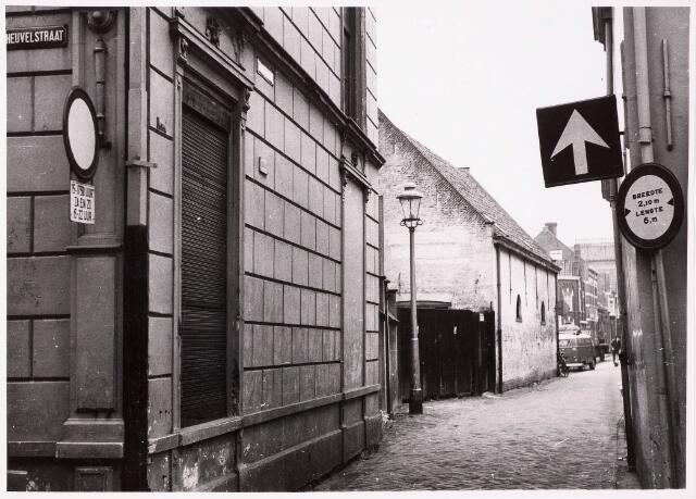 033107 - Telefoonstraat vanaf de Heuvelstraat met het pand van Hoying Jungerhaus. Voor 1940 was dit het woonhuis van Jo Deen, rabbie. Achter het huis lag tot aan de Korte Tuinstraat een tuin met een niervormige vijver en een prieel.
