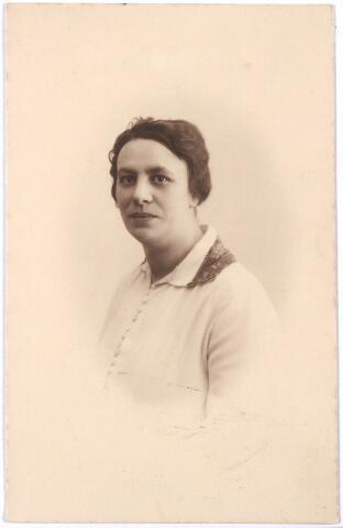 005663 - Portret. Miet Schijns (1896-1984), volledige doopnamen Marie Françoise Louise Joseph