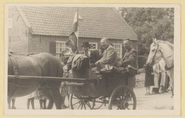 """080819 - WOII; WO2; Bevrijding Udenhout 1945. De optocht. """"Gardes d' Honneur met standaard"""".        Bevrijding van Udenhout 1945 (vermoedelijk). De optocht."""