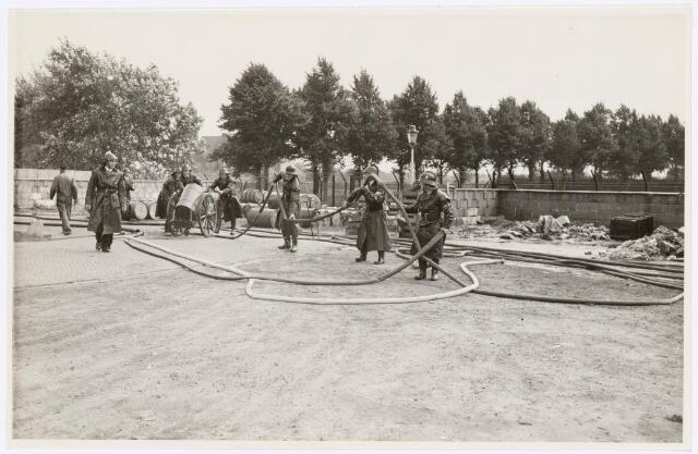 039438 - Volt, Zuid.  Hulpafdelingen, Brandweer. Een Volt brandweeroefening in 1948. Het betreft hier een oefening met schuim welke plaats vond aan de Groenstraatzijde op complex Zuid. Achter de wagen met ton is tussen de bomen de kerk van Broekhoven II zichtbaar.