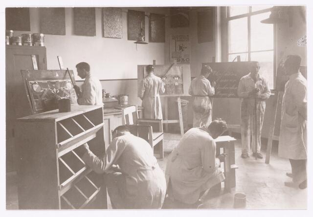 051854 - Lager en Middelbaar Voortgezet Onderwijs. Rijkswerkplaats voor jeugdige Werklozen. Werkeloze schilders in actie.