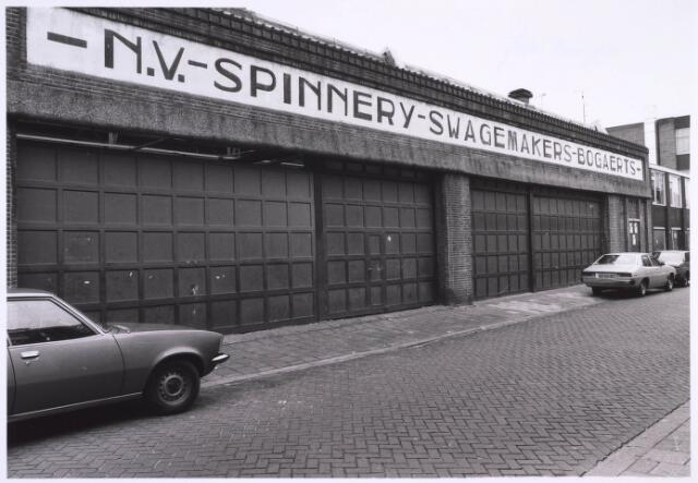022716 - Textiel. Gedeelte van het fabriekscomplex van spinnerij Swagemakers - Bogaerts aan de Hoogvensestraat in oktober 1981, kort voor de sloop