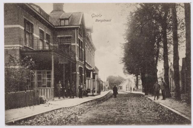 """046234 - Bergstraat met links hotel """"De Kroon""""."""