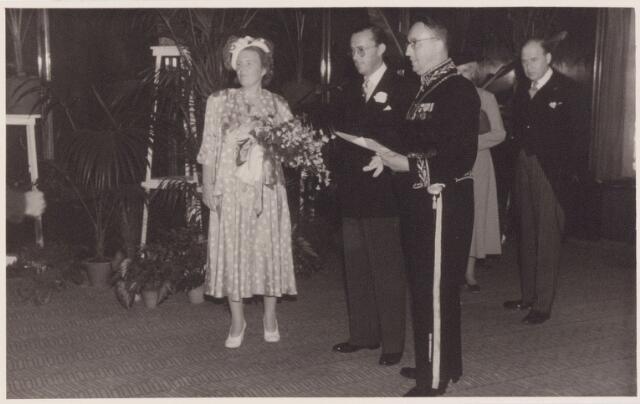 053316 - Koninklijke Bezoeken. koningin Juliana en prins Bernhard brengen een bezoek aan Tilburg