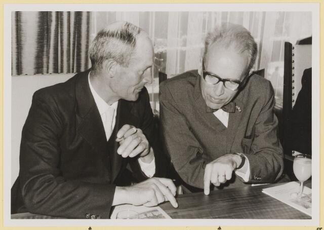 072959 - Opening gemeentehuis door de Commissaris van de Koningin Kortmann.  Bijzondere raadsvergadering. Gesprek tussen wethouder, G.A. Ketelaars en de commissaris, C.N.M. Kortmann.