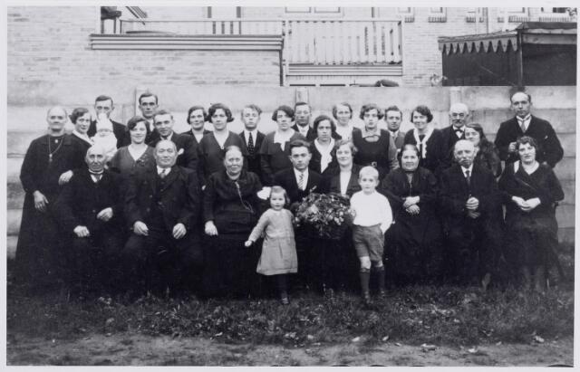 046155 - Trouwfoto van schoenmaker Wilhelmus (Willem) Spierings, geboren te Goirle op 14 februari 1903, en Petronella Maria (Pietje) van Wezel, geboren te Goirle op 12 juli 1905. De kinderen op de voorgrond zijn Riet Bruers, dochter van Toon Bruers, en Jan Bruers. Zittend op de eerste rij v.l.n.r. Janus van Wezel, zijn broer Piet van Wezel, boer en vrachtrijder, Mie van Wezel-Swanen, schoenmaker Willem Spierings, zijn bruid Pietje van Wezel, Hanneke Spierings-Eijsermans, schoenmaker Adriaan Hendrikus (Drik) Spierings en Lien Spierings-van Gool. Op de laatste rij v.l.n.r. Kee van Wezel-Sup, To Brock-van Wezel met Janie Brock en daar achter diens vader Janus Brock, Betsie van der Ven met haar man Toon Spierings, boven dit echtpaar Antoon Bruers, vervolgens Miet Bruers-van Wezel, Jet Spierings, Harrie Spierings, Fien Spierings, Jan van Wezel, Lena Spierings, Fien van Wezel-Broos, Cor Swanen pleegkind van Piet van Wezel, Sjef Spierings, Anna van Wezel, Willem van de Lisdonk met rechts voor hem Mieke van de Lisdonk en Janus Spierings.