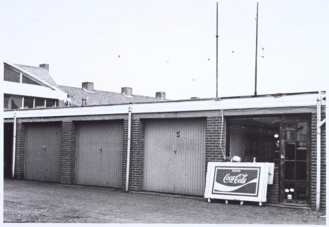 022535 - Gedeelte van de illegale aanbouw achter het pand Van Hogendorpstraat 71, waarin een café en later een discotheek was gevestigd
