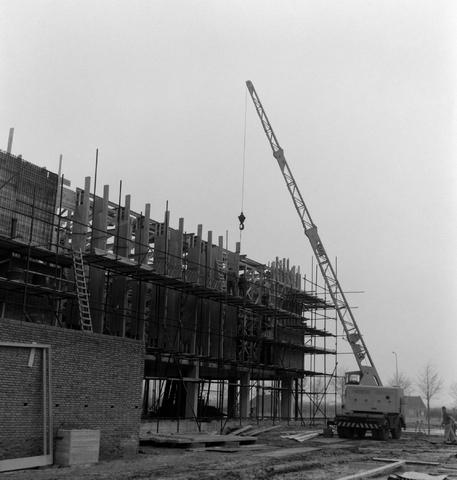 1237_013_050_005 - Bouwplaats. Bouw Stadhuis Tilburg 1963. Het stellen van de muren