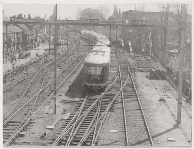 045319 - Honbderden mensen stonden langs het spoor aan de Zuid-Oosterstraat toen de eerste electrische trein Tilburg binnenreed.