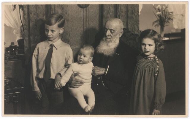 005653 - Arnold Schijns, met kleinkinderen.