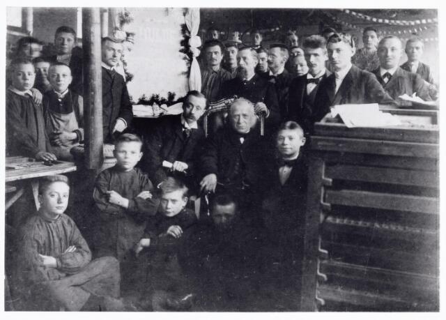 039644 - Drukkerij van de Nieuwe Tilburgse Courant. jubileum 1878-1903. Wout Ypelaar meesterknecht bij zijn 25-jarig jubileum bij de nieuwe tilburgse courant.