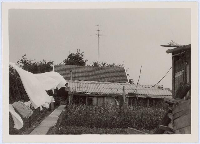 020680 - Achterzijde van het houten huis aan het Hazennest 3 in het midden van 1963