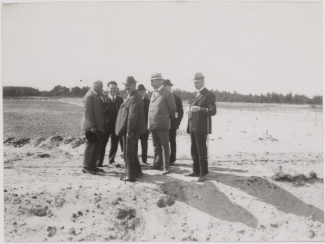 040833 - Werkverschaffing voor werklozen voorzieningen. Bezoek van minister van Binnenlandse Zaken en Landbouw mr. J.B. Kan (1873-1947).