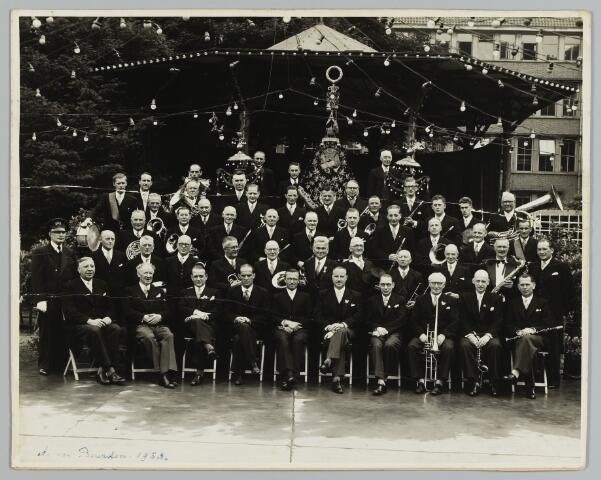 068538 - N.K. Harmonie in 1953. Op de eerste rij het bestuur, van links naar rechts: Louis van Blerk, Pierre de Kort (directeur), Mart Bressers, mr. Frans van Liempt, mr. C. van de Mortel, Leon Kerstens, C. Cosijn, Ed. Ditvoorst, Jan Back en Mart Brooymans. Tweede rij, van links naar rechts: Jan van Put, G. de Wekker, Em. Vossen, Toon van de Velden, Bart Stappershoef, Jan Hendrich, Frits Brooymans sr., Jos van Erp, Hub. Cornelissen, Louis Melis, Joh. van Spaendonck en Wim Borghaerts. Derde rij, van links naar rechts: A. Horsten, Hub. Smulders, Henri Engel, G. van Hoof, Jan Melis, Frans Melis, Fr. Hendrich, Leo van Wezenbeek, Jos van Wezenbeek, Jos Melis en J. van de Put. Vierde rij, van links naar rechts: G. Beerens, B. van de Sande, Leo Dankers, M. Bedaux, Frans Brooymans, A. Vlems, Leo Schellekens, Frits Brooymans, P. Bertens, Fr. Drijvers, G. Ghering, Fr. Waijers, A. Engel en Hendr. Stappershoef. Bovenste rij, van links naar rechts: Alb. Reijnen, Corn. Reijnen en W. Ditvoorst