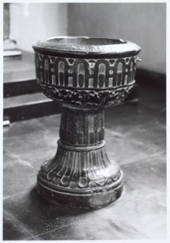 019597 - Hardstenen doopvont uit 1590 in de Goirkese kerk. Op de bovenrand staat de tekst: Asperges me hyssopo et mundabar 1590