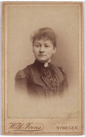 003963 - O. DEELEN, zuster van de Tilburgse huisarts en chirurg Dr. Karel Allard Frederik Deelen (1882-1943).