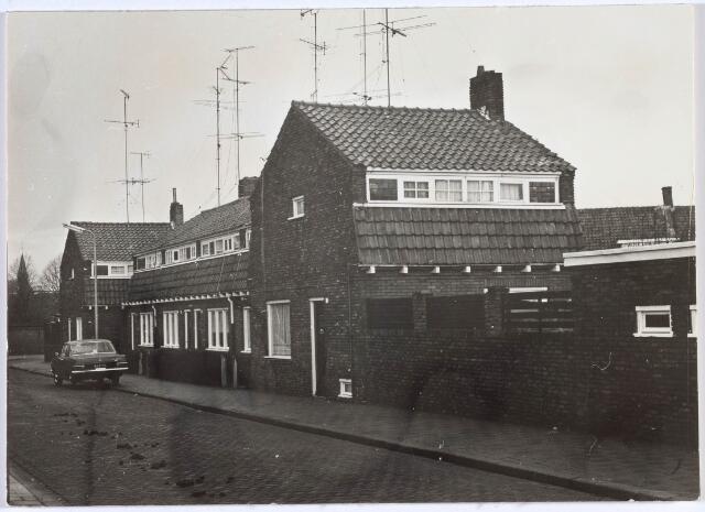 019909 - Den Haenstraat, gelegen tussen de Nieuwstraat en de Veestraat. Het torentje links is van de kapel van Huize Nazareth, een voormalig jongensweeshuis,  in de Nazarethstraat