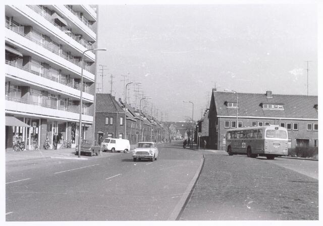 020146 - Hart van Brabantlaan, voorheen Beethovenstraat, gezien in de richting van het centrum. . Links, naast de flat, de voormalige Richard Wagnerstraat en rechts, bij de bus, de Magnoliastraat