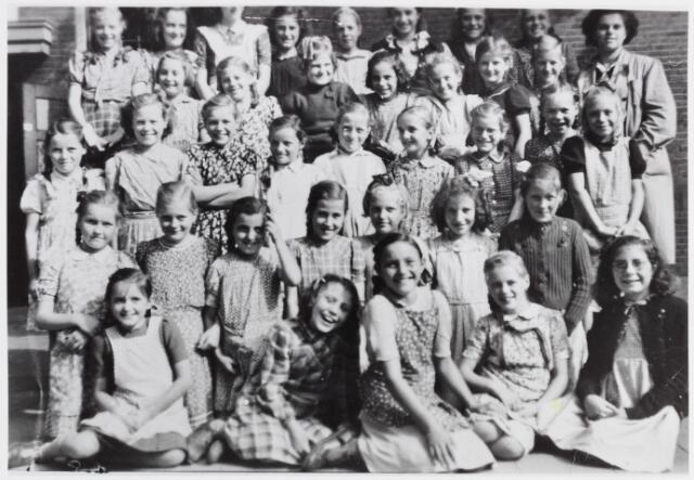057049 - De 5e klas van de meisjesschool te Moergestel.
