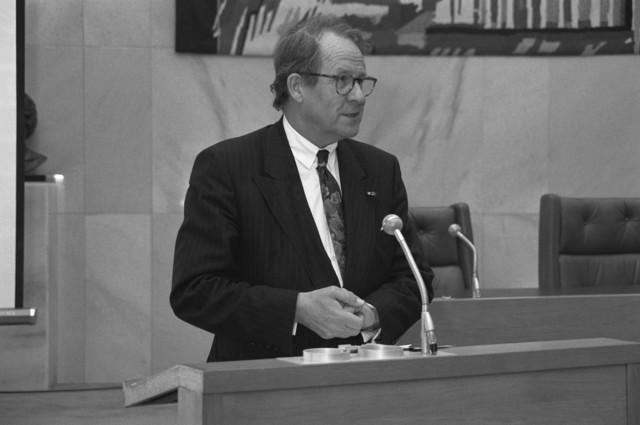 """TLB023000380_001 - Burgemeester Brokx spreekt in de raadszaal tijdens de introductie van het """"Bestuurlijk Informatie Systeem"""". In dit systeem is alle bestuursinformatie van de Gemeente te vinden en bevat de volgende bestuursdocumenten t.w.: - Commissiebesluiten - Raadsbesluiten - Raadsnotulen - Besluitenlijsten van het College van B&W met onderliggende nota's."""