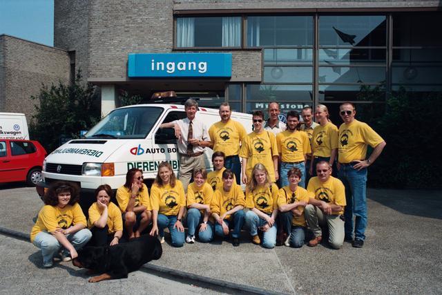 1237_010_764_006 - Overhandigen sleutels dierenambulance door auto Bongers. Groepsfoto vrijwilligers.
