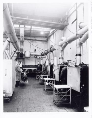 038530 - Volt. Zuid. Productie. Fabricage. De moffel-inrichting,ook wel genoemd lak-spuiterij in 1933. Locatie:Gebouw D Volt zuid aan de Nieuwe Goirleseweg in 1949 Voltstraat genaamd. Deze afdeling was een onderdeel van de chemische afdeling.Foto uit gedenkboek afscheid van Dhr. Anninga directeur.