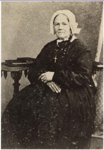 008035 - Anna Elisabeth Verheij(d)en, geboren 5 juni 1809 te Val;kenswaard overleden Tilburg 9 januari 1892, zij trouwde op 24 april 1836 te Valkenswaard met Martinus Josephus Vos, zij was de dochter van Waltherus Verheij(d)en en Wilhelmina Goossens. Zij was de moeder van Willem Vos leerlooier en drijfriemenmaker aan de Goirkestraat.
