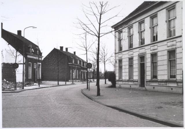 023874 - Koningshoeven gezien in de richting van de Ringbaan-Zuid in 1971, het jaar waarin het Barrièrehuis (rechts) werd gesloopt. Het ertegenover gelegen Cenakel was al iets eerder verdwenen