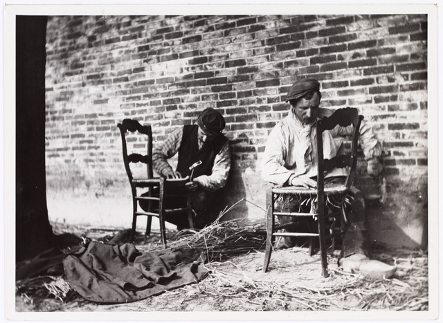 008557 - Twee stoelenmaters aan het werk, gefotografeerd door Henri Berssenbrugge (1873-1959), begin 1900.