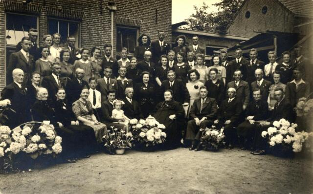 600302 - Viering van de zilveren bruiloft van Wilhelmus Cornelis Horrevorts, geboren te Hilvarenbeek op 23 december 1892, en Elisabeth Anna Catharina Maria Kolen, geboren te Tilburg op 2 november 1896. Hij was landbouwer, zij dreef het bekende café Bet Horrevorts-Kolen aan de Broekhovenseweg 111. Het paar trouwde in Tilburg op 30 mei 1922. In het midden het zilveren paar en naast hen dochter Cor en zoon Piet. Staande in het midden dochter Leen. Staande achter Cor haar man Sjef Rutten.
