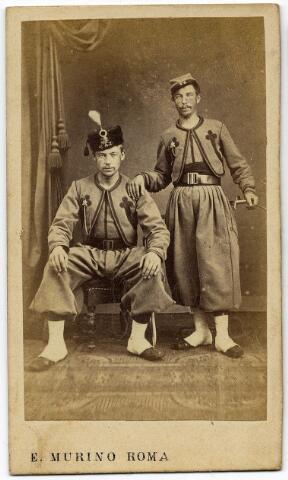 092180 - Twee Tilburgse zoeaven. Rechts Jan de Cocq, geboren te Tilburg op 5 juli 1840 en aldaar overleden 8 november 1909, zoon van Norbertus de Cocq en Petronella Kuijpers. Links waarschijnlijk Albertus van Geelen, geboren te Nijmegen op 10 januari 1838 en overleden te Tilburg op 15 januari 1906