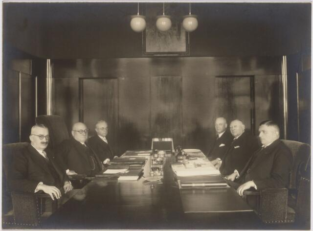103413 - De laatste door mr. dr. F.L.G.Z.M. Vonk de Both gepresideerde vergadering van het college van burgemeester en wethouders. vlnr: mr. Jan C.A.M. van de Mortel, mr. dr. F.L.G.Z.M. Vonk de Both (burgemeester) , mr. H.J.A. Scheidelaar, W.J. van Dusseldorp (Gem. secretaris), L.C.A.M. Janssens.