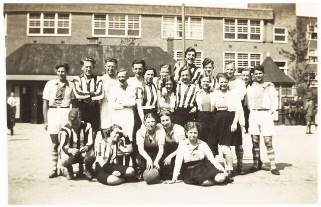 052840 - Sportvereniging Volt. afd. Korfbal op onbekende locatie omstreeks 1938. De lichte shirts zijn die van Volt.