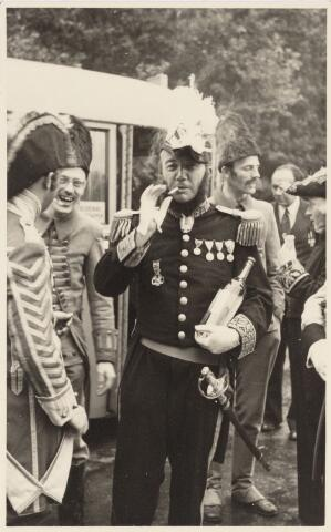 048972 - Festiviteiten te Tilburg b.g.v. het 50-jarig regeringsjubilé van Koningin Wilhelmina op 6 september 1948. Aankomst van koning Willem II bij de 'Vier Winden' aan de Bredaseweg ter hoogte van het oud Belgisch lijntje.  Verslag over deze festiviteiten met optocht staat in het Nieuwsblad van dinsdag 7 september 1948. Koning Willem II goed gemutst.