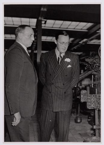 037705 - Textielindustrie. Informeel gesprek tussen prins Bernhard en directeur Hein Enneking sr. in de weverij van wollenstoffenfabriek H. F. C. Enneking tijdens diens bezoek op 13 november 1950