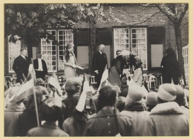075503 - Koninklijk bezoek. Koningin Moeder Emma bezoekt Oisterwijk  op 19 mei 1930 Kinderhulde.