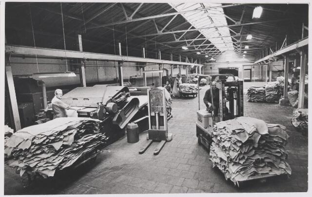 081543 - Onbekende looierij, interieur. Mogelijk Euro-finish aan de Laagstraat. DIt was een samenwerkingsverband tussen verschillende Rijense leerlooierijen onder leiding van Janus Willemen omstreeks 1970.