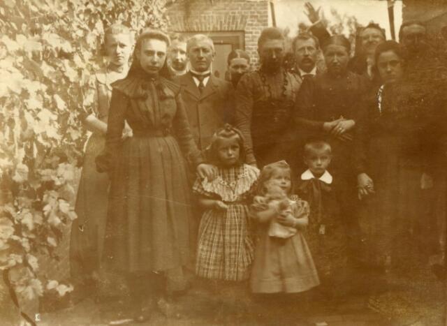 602289 - Firma N. van Blerk 1894-1974. Stalen kantoormeubelen en brandkastenfabriek. Familiefoto Van Blerk.