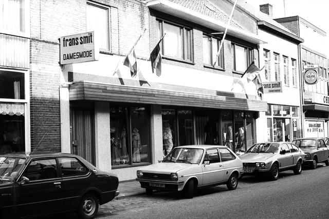 1237_012_925-1_009 - Korvel vooruit, exterieur winkels Korvelseweg. Frans Smit damesmode.