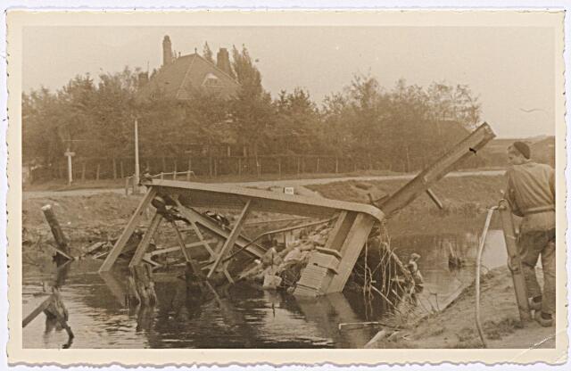 012324 - Tweede Wereldoorlog. Vernielingen. Compleet vernielde hefbrug over het Wilhelminakanaal bij de Enschotsestraat