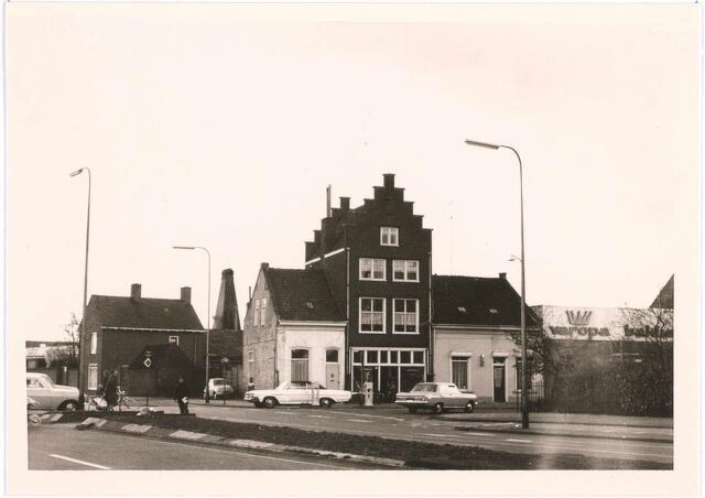 027673 - Hoge huis: Drogist Dekkers, daarna stoffenhuis Lahaye.