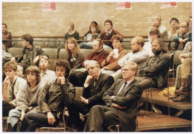 043397 - Op 27 oktober 1984 werden allerlei festiviteiten en herdenkingen gehouden b.g.v. 'Tilburg 40 jaar bevrijd'. Hier een bijeenkomst in de Studiozaal met bril dhr. Stok daarnaast dhr. Lambers.
