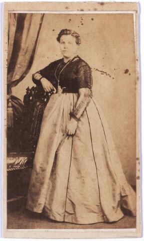 004693 - Maria Francisca Antonia Athanasia (Marie) de HORION DE CORBY (* Breda 24-10-1841  † Tilburg 1-9-1907) was getrouwd met Eduard F.A. Janssens, stichter van de wollenstoffenfabriek Janssens de Horion. Het echtpaar kreeg 11 kinderen. Zie ook foto nr. 4689.