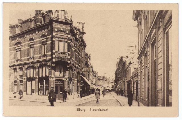 001109 - Heuvelstraat hoek Willem II-straat richting Heuvel. De agent staat voor de zaak van herenkapper Hamburg. Rechts het kantoor van Publieke Werken, afgebroken in 1940 voor de doorbraak van de Willem II-straat richting Willemsplein.