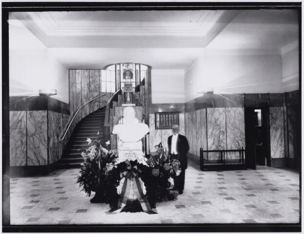 103352 - Opening Paleis Raadhuis op 1 augustus 1936. Architect Oscar Leeuw in de hal.
