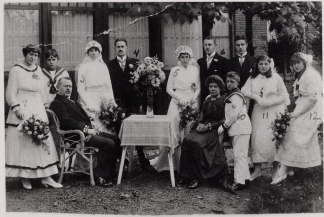 045885 - Op 18 oktober 1915 trouwden een zoon en een dochter van de Goirlese fabrikant Piet van Besouw met kinderen van de familie Verschuuren-Piron uit Tilburg. Op de foto op de eerste rij v.l.n.r. Josephien van Besouw, geboren te Goirle op 15 juli 1896 en overleden te St. Oedenrode op 24 april 1969, haar vader Piet van Besouw, geboren te Goirle op 30 juni 1868 en overleden te Hilversum op 22 januari 1949, haar moeder Agatha Pluym, geboren te Rotterdam op 6 juni 1865 en overleden te Hilversum op 10 maart 1944, Johnny van Besouw, geboren te Goirle op 26 september 1902 en overleden te Berkel-Enschot op 28 juli 1971, Hetty van Besouw, geboren te Goirle op 6 februari 1900 en overleden op 20 februari 1945 in het vrouweninterneringskamp Adek bij het toenmalige Batavia, en Bernardien van Besouw, geboren te Goirle op 29 november 1898 en overleden te Amsterdam op 15 januari 1928. Op de tweede rij v.l.n.r. Piet van Besouw jr., geboren te Goirle op 8 maart 1901 en overleden te Hilversum op 28 augustus 1976, Lies van Besouw, geboren te Goirle op 19 mei 1895 en overleden te Bakel op 25 februari 1977, haar man Jef Verschuuren, geboren te Tilburg op 28 augustus 1887 en overleden te Eindhoven op 30 april 1970, Wies Verschuuren, geboren te Tilburg op 17 april 1892 en overleden te Johannesburg op 27 april 1968, haar man Gérard van Besouw, geboren te Goirle op 30 april 1893 en overleden te Johannesburg op 8 juli 1977 en Jacques van Besouw, geboren te Goirle op 21 april 1894 en overleden te Hilversum op 7 januari 1977.