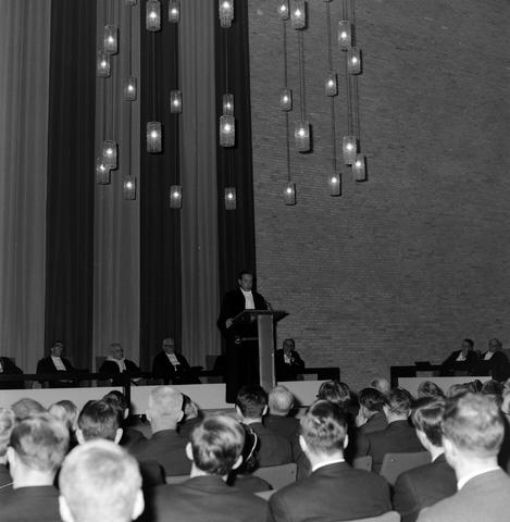 1237_004_001_004 - Hoger Onderwijs. Professor Mr. Bronckhorst houdt een lezing op de Katholieke Hogeschool in december 1964. De foto is genomen in het Jos Bedaux gebouw, het oudste gebouw van het huidige Tilburg University.
