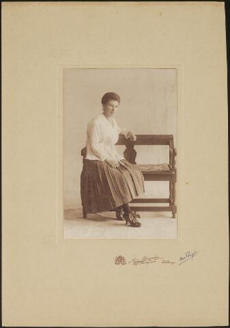 603727 - Carolina Maria Thijs, geboren te Tilburg op 23 februari 1892 als dochter van Hubertus Johannes Thijs en Maria Martina de Beer. Zij overleed, ongehuwd, in haar geboortestad Tilburg op 11 november 1985.